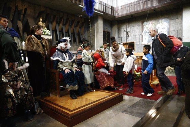 Los Reyes Magos reparten regalos a niños pobres en la Parroquia de la Merced