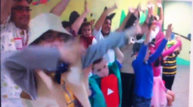 Momento del vídeo de los niños del clínico
