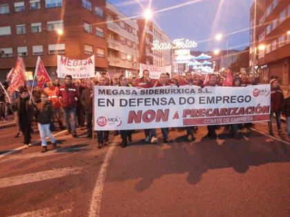 Medio millar de personas se manifiestan contra los despidos de Megasa