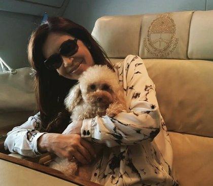 CFK aconseja dejar de fumar, habla del perro de Obama y se hace una foto a lo Evita