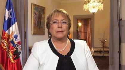 """Bachelet anima a los chilenos a unirse para hacer un país """"más próspero y acogedor"""""""