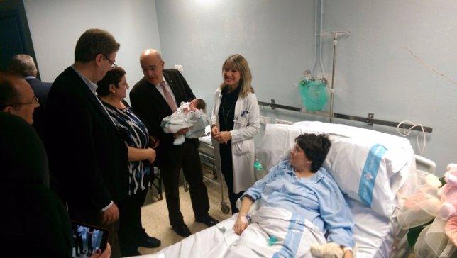 El conseller Boi Ruiz visita a la primera niña nacida en 2015
