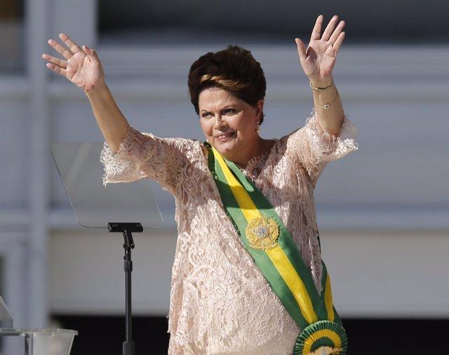 Dilma Rousseff saluda tras tomar posesión de nuevo mandato