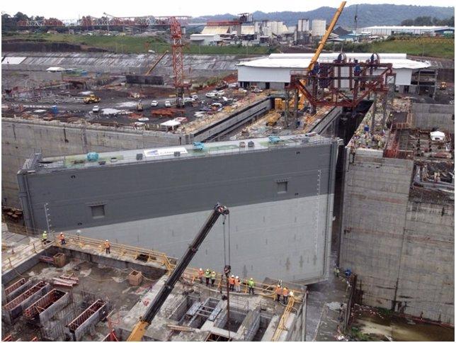 Sacyr coloca la primera compuerta del canal de Panamá