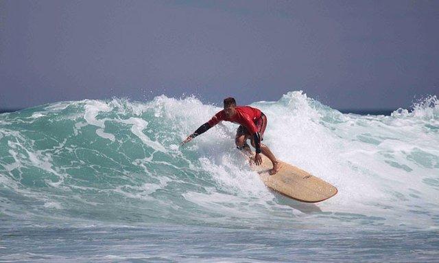 Surfista practicando surf