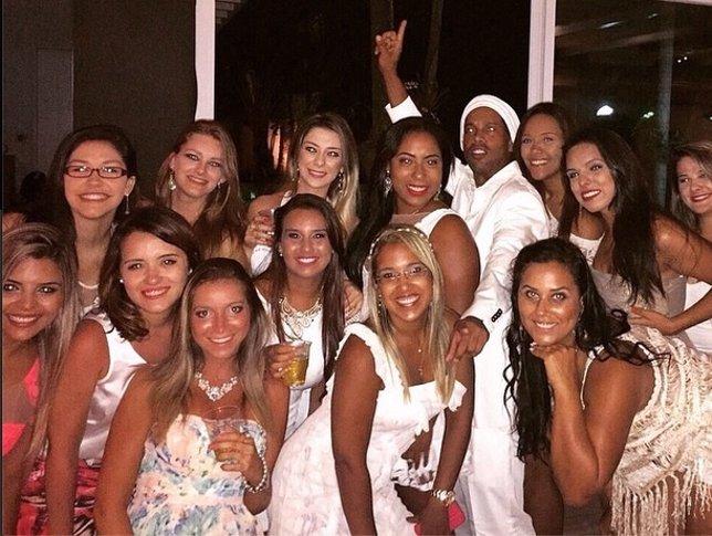 Ronaldinho festeja el Año Nuevo acompañado de 13 mujeres