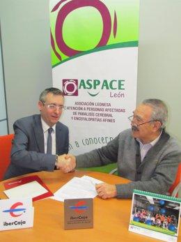 El director de Ibercaja en León junto al presidente de Aspace León