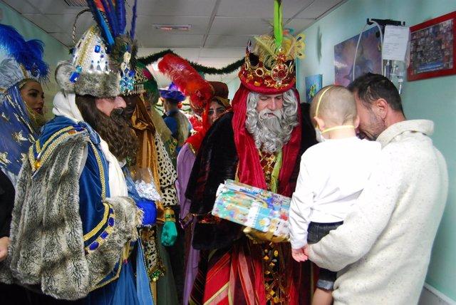 Los Reyes Magos visitan a los niños ingresados en el HUC