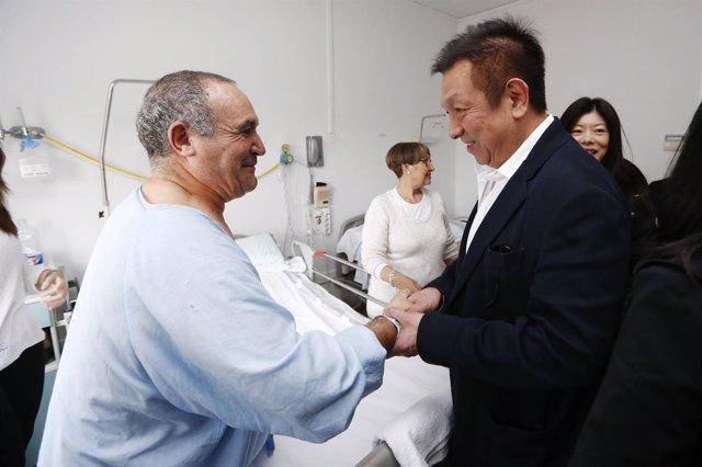 Peter Lim visita a Serreta en el hospital, el utilero del Valencia