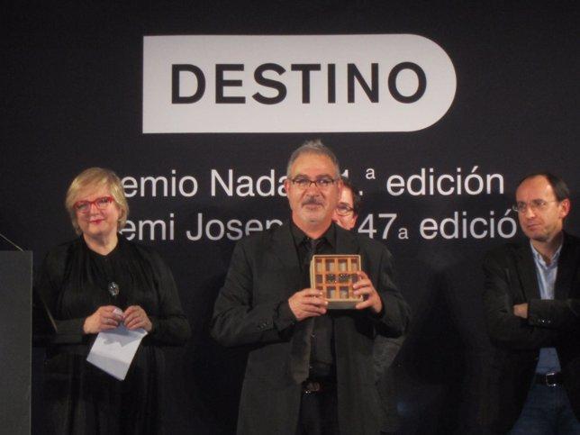 Andreu Carranza con el Premio Josep Pla