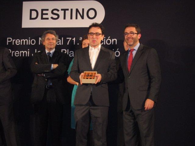 José C. Vales con el Premio Nadal