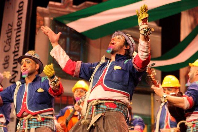Una comparsa del Carnaval de Cádiz cantando en el Teatro Falla