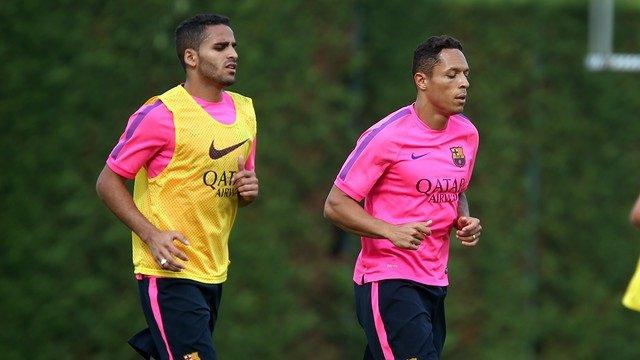 Douglas Costa y Adriano entrenando con el Barcelona