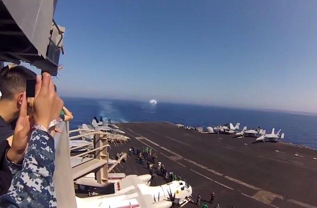 Un avión caza rompe la barrera de sonido