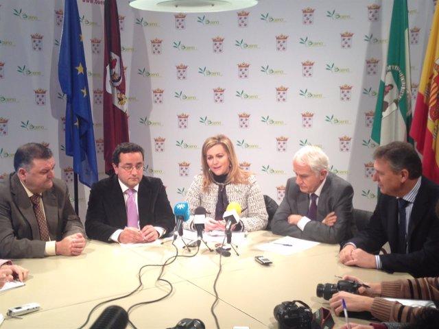 Serrano (centro) en la rueda de prensa ofrecida en Baena