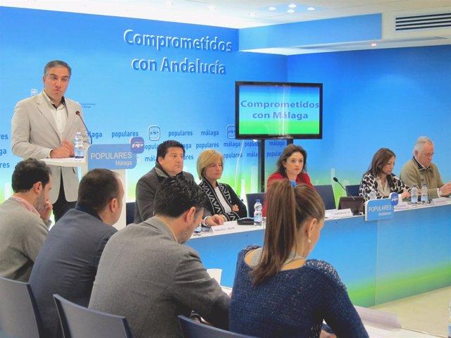El presidente del PP, Elías Bendodo, en reunión