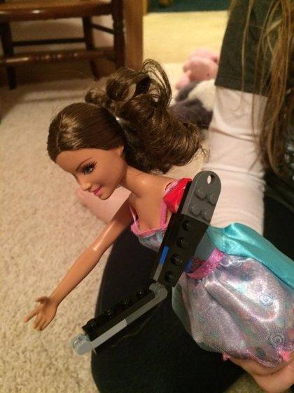 Un padre diseña una prótesis de Lego para el brazo de una muñeca Barbie