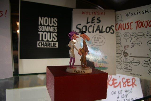 Vitrina de apoyo a Charlie Hebdo en l'Iber