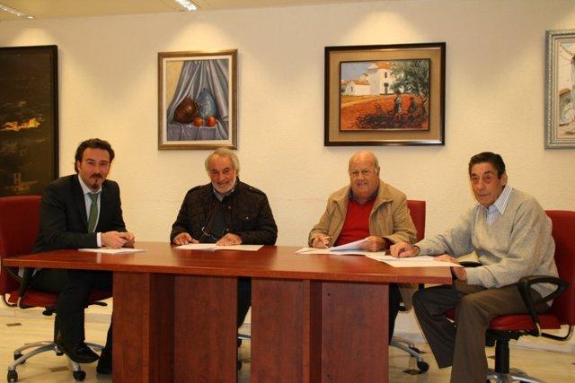 Luque (izda.) con los presidentes de las asociaciones firmantes