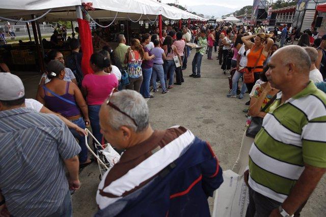 Gente hace cola en un supermercado de Venezuela