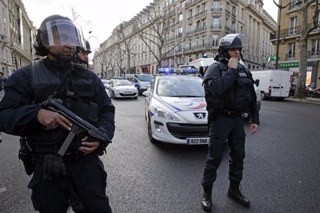 Agentes de policía en París tras los ataques islamistas