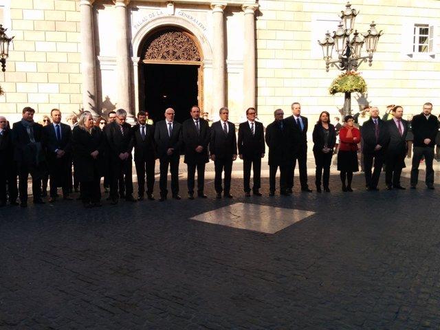 Mas y Trias en un minuto de silencio por el ataque a Charlie Hebdo en Barcelona
