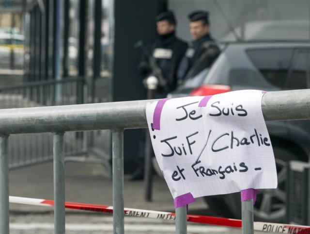Cartel que dice Yo soy judío / Charlie y francés