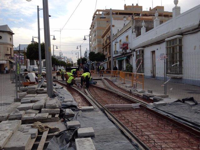 Obras del tranvía de la Bahía en la calle Real de San Fernando