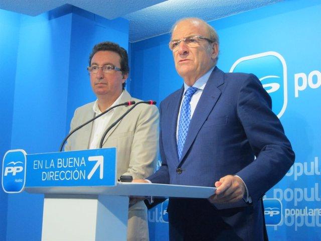 El alcalde de Huelva, Pedro Rodríguez, junto a Manuel Andrés González.