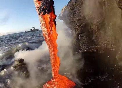 ¿Qué pasa si la lava volcánica entra en contacto con el agua del mar?