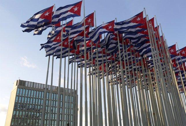 Banderas cubanas delante de la Sección de Intereses de EEUU en La Habana