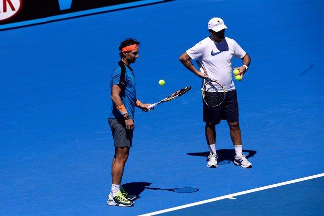 Rafa Nadal con su tío Toni entrenando en Melbourne