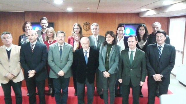 Miguel Valor, cuarto por la izquierda, junto al resto de concejales del PP