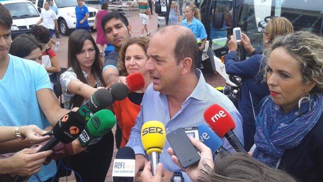 Mimi González y Juan José Cardona presentando nuevas dotaciones