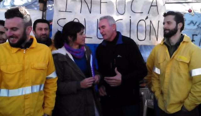 Teresa Rodríguez y Diego Cañamero con trabajadores del Infoca