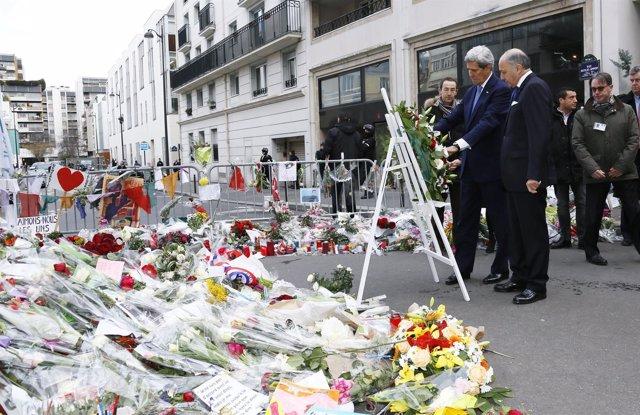 John Kerry deposita una corona ante la sede de 'Charlie Hebdo'