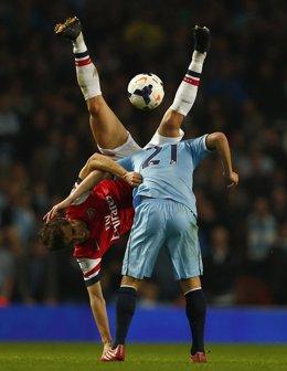 Flamini y Silva pelean por un balón en el Arsenal.City