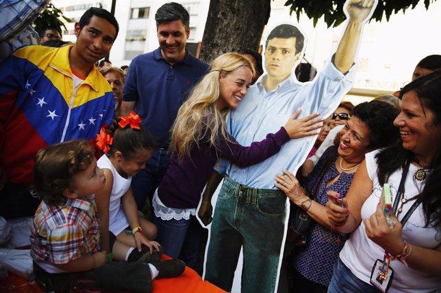 Lilian Tintori abraza una figura de cartón de su marido Leopoldo López, encarcel