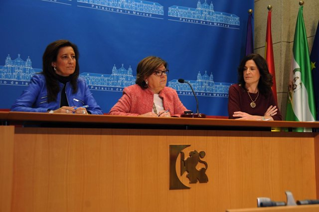 Sánchez (centro), entre Moreno y Gracia en la rueda de prensa