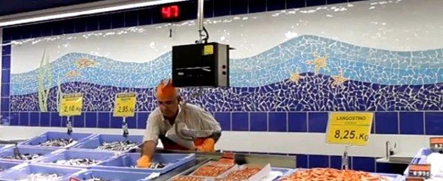 Mosaico de trencadís decora la sección de pescadería de Mercadona.