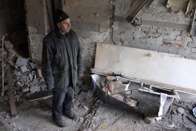 Un hombre mira su casa derruida en Donetsk, este de Ucrania