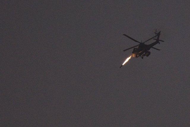 Helicóptero israelí disparando un proyectil