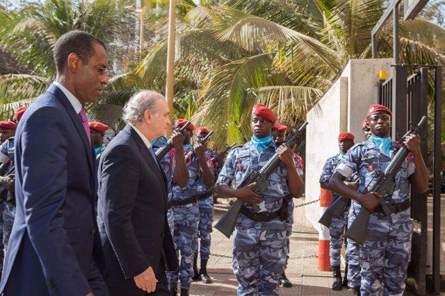 El ministro Fernández Díaz durante su visita a Senegal