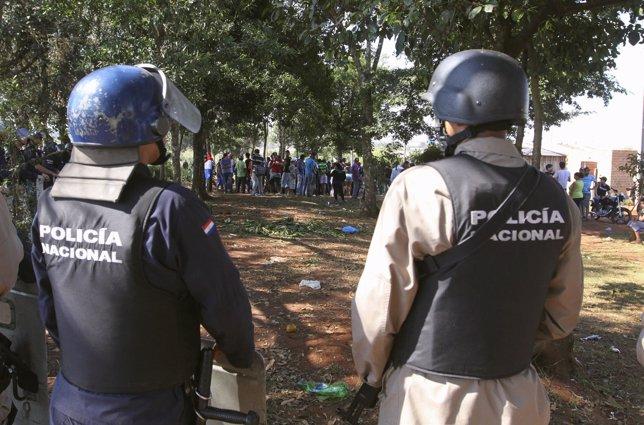 Agentes de la Polícia Nacional de Paraguay en una manifestación campesina (2012)