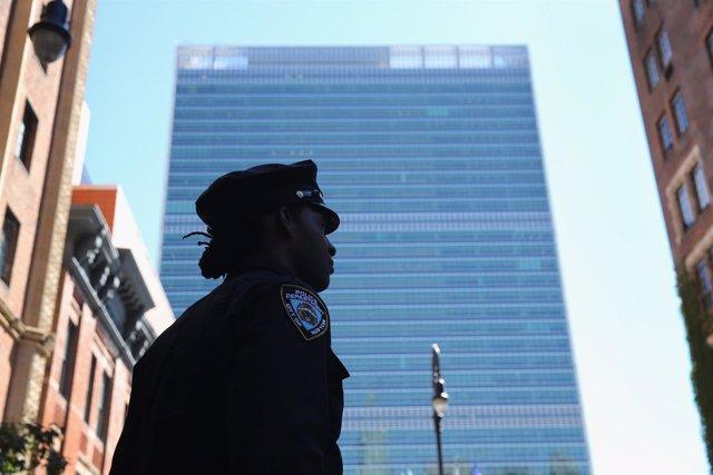 Una policía vigila sede de la ONU en Nueva York