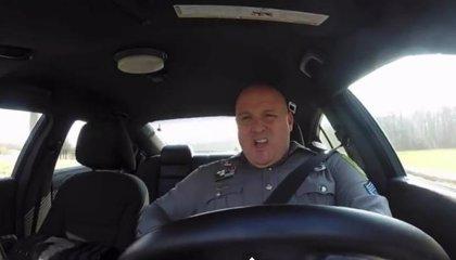 Vídeo: Un policía 'lo da todo' imitando a Taylor Swift en su coche patrulla
