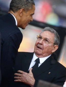 Saludo histórico entre Obama y Castro en el funeral por Mandela