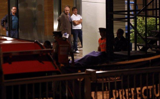 Efectivos policiales con el cadáver del fiscal Alberto Nisman