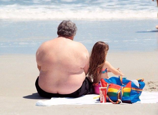 Padre con obesidad con su hija