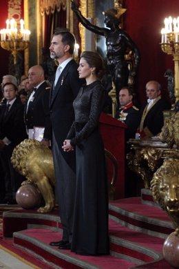 Los Reyes Felipe VI y Letizia en la recepción al cuerpo diplomático